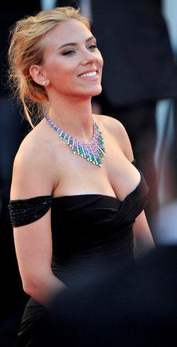 Scarlett Johannson Shows Off Her Delicious Boobs