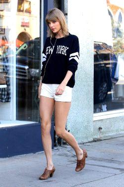 Taylor Swift – Walking Down NYC Streets.
