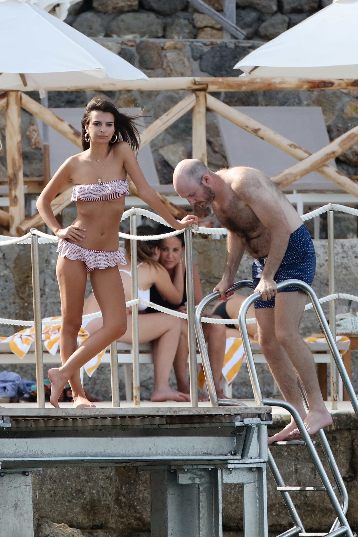 emily-ratajkowski-bikini-in-italy_009