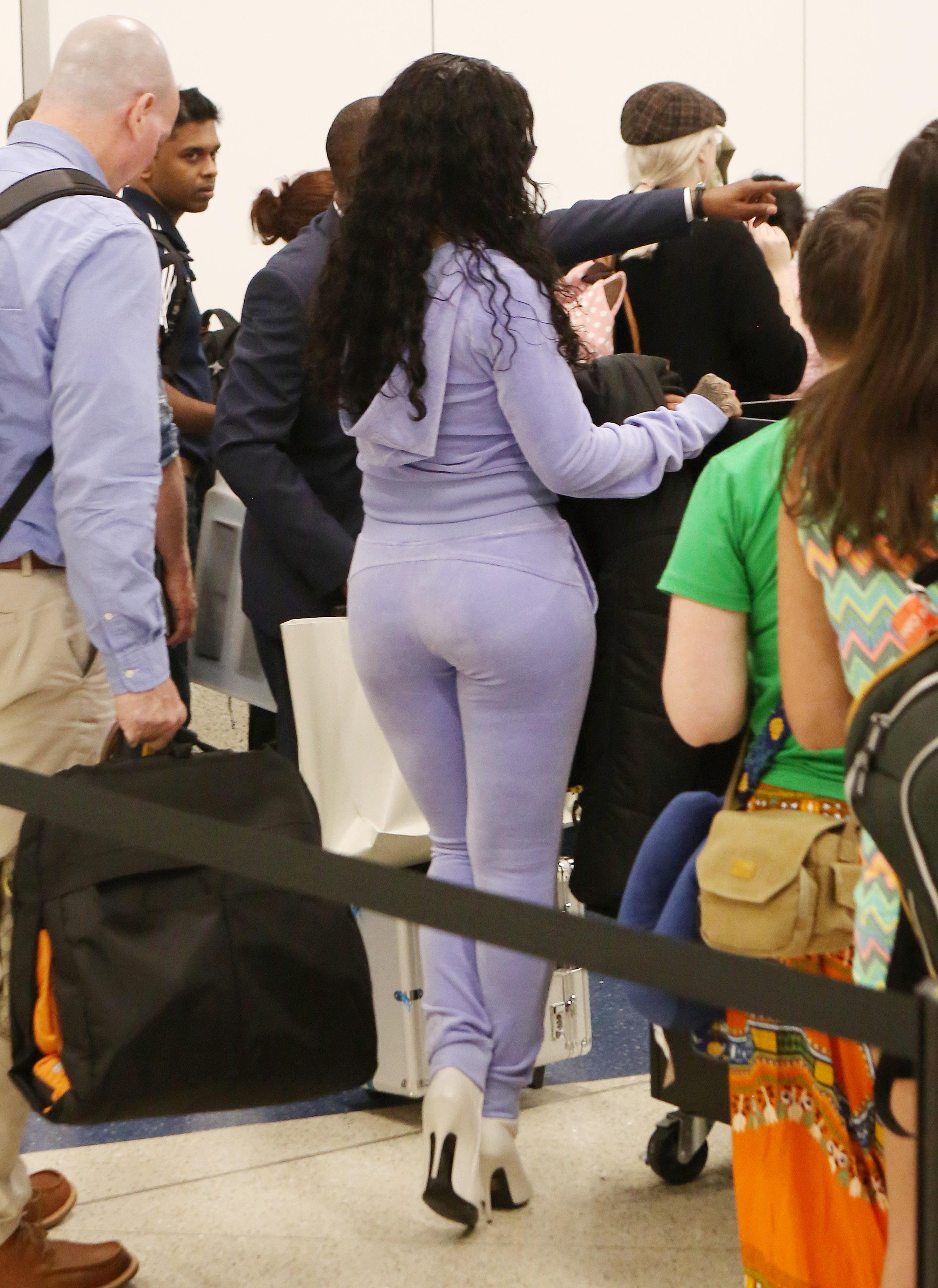 rihanna-thick-ass-at-airport_003