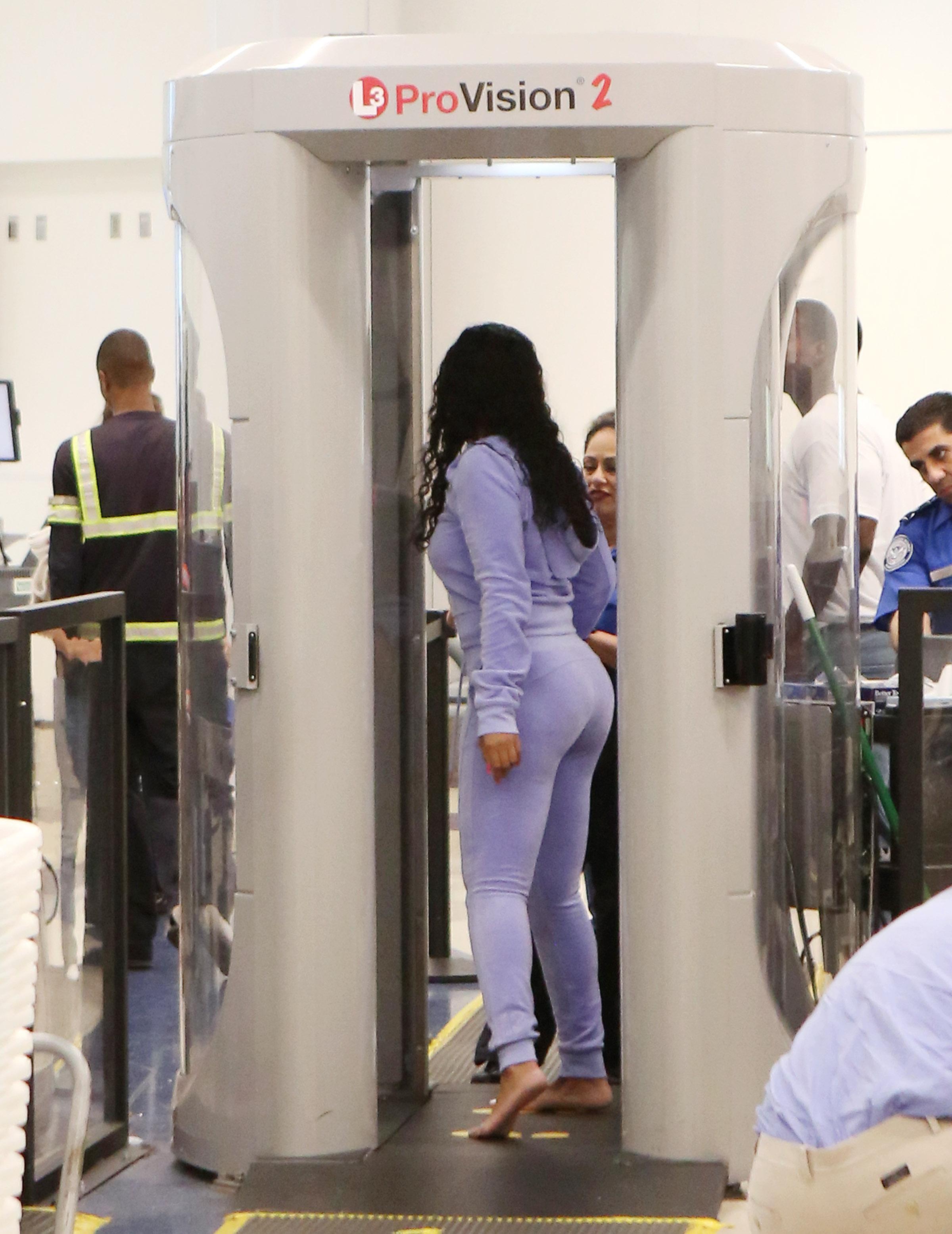 rihanna-thick-ass-at-airport_009